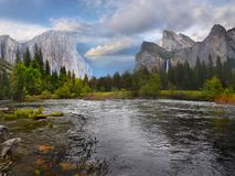 Βουνά κοιλάδων Yosemite, αμερικανικά εθνικά πάρκα στοκ φωτογραφία