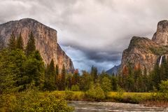 Βουνά κοιλάδων Yosemite, αμερικανικά εθνικά πάρκα στοκ εικόνες
