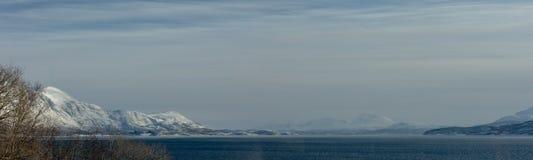 Βουνά κοντά σε Tromso Λήφθείτε από τις ακτές σε Bakkejord, κοντά σε Tromso Νορβηγί στοκ εικόνα με δικαίωμα ελεύθερης χρήσης