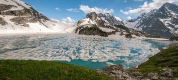Βουνά, λίμνες, ταξίδι, ομορφιά του Καύκασου στοκ φωτογραφία