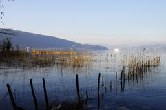 βουνά λιμνών του Annecy Στοκ Εικόνες