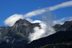 Βουνά με τα σύννεφα και το μπλε ουρανό Στοκ εικόνα με δικαίωμα ελεύθερης χρήσης