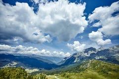 Βουνά με τα σύννεφα στον ουρανό Στοκ φωτογραφία με δικαίωμα ελεύθερης χρήσης