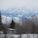 Βουνά με την καμπίνα χιονιού Στοκ φωτογραφία με δικαίωμα ελεύθερης χρήσης