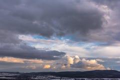 Βουνά με το δραματικό ουρανό σύννεφων Μοιάζει με το χέρι Στοκ φωτογραφίες με δικαίωμα ελεύθερης χρήσης