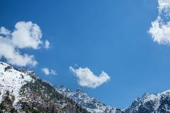 Βουνά μπλε ουρανού και σύννεφων στο Αλμάτι, Καζακστάν, Medeo Στοκ Φωτογραφίες