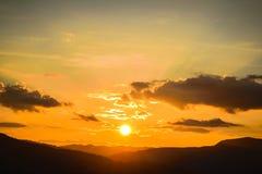 βουνά ουρανού ηλιοβασιλέματος Στοκ εικόνα με δικαίωμα ελεύθερης χρήσης