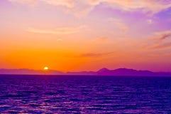 Βουνά ουρανού και θάλασσας ηλιοβασιλέματος Στοκ εικόνα με δικαίωμα ελεύθερης χρήσης