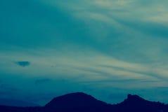 Βουνά ουρανού και σκιαγραφιών ηλιοβασιλέματος | όμορφη σκηνή τοπίων Στοκ φωτογραφία με δικαίωμα ελεύθερης χρήσης