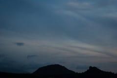 Βουνά ουρανού και σκιαγραφιών ηλιοβασιλέματος | όμορφη σκηνή τοπίων Στοκ εικόνα με δικαίωμα ελεύθερης χρήσης