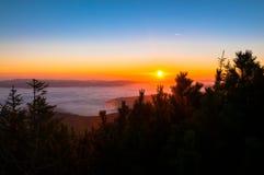 βουνά πέρα από την ανατολή Στοκ φωτογραφία με δικαίωμα ελεύθερης χρήσης