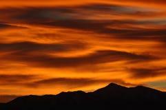 βουνά πέρα από το ηλιοβασί&lamb Στοκ εικόνες με δικαίωμα ελεύθερης χρήσης