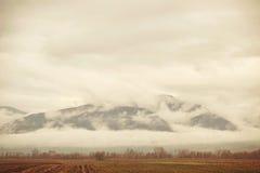 Βουνά & πεδίο της Misty Στοκ Φωτογραφία