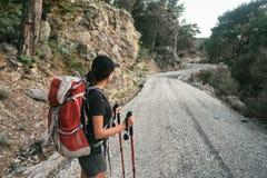 βουνά πεζοπορίας Ένα κορίτσι στέκεται στα πλαίσια των υψηλών βουνών στήριξη κοριτσιών Στοκ Φωτογραφίες