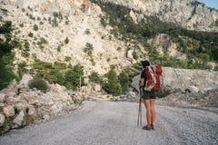 βουνά πεζοπορίας Ένα κορίτσι στέκεται στα πλαίσια των υψηλών βουνών στήριξη κοριτσιών Στοκ Εικόνες