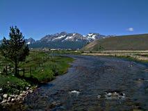 Βουνά 2 ποταμών και δοντιών πριονιού σολομών Στοκ φωτογραφία με δικαίωμα ελεύθερης χρήσης