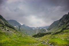 Βουνά ποταμών και Fagaras Capra παράλληλα με το διάσημο δρόμο Transfagarasan στοκ φωτογραφία με δικαίωμα ελεύθερης χρήσης