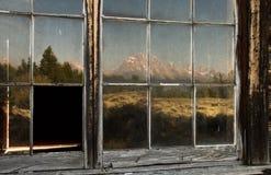 Βουνά που απεικονίζονται στα παλαιά παράθυρα Στοκ εικόνες με δικαίωμα ελεύθερης χρήσης