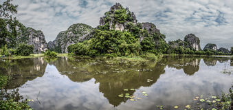 Βουνά που απεικονίζονται στο νερό στοκ εικόνες με δικαίωμα ελεύθερης χρήσης