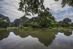 Βουνά που απεικονίζονται στο νερό Στοκ φωτογραφία με δικαίωμα ελεύθερης χρήσης