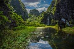 Βουνά που απεικονίζονται στο νερό στοκ εικόνες