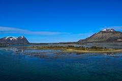 Βουνά που βλέπουν νορβηγικά από τη θάλασσα Επάνω από τον αρκτικό κύκλο Στοκ Εικόνα