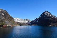Βουνά που βλέπουν νορβηγικά από τη θάλασσα Επάνω από τον αρκτικό κύκλο Στοκ φωτογραφία με δικαίωμα ελεύθερης χρήσης