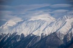 Βουνά που καλύπτονται με το τοπίο χιονιού snowcaps Στοκ Φωτογραφία