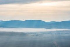 Βουνά που καλύπτονται μπλε με την υδρονέφωση Στοκ Φωτογραφίες