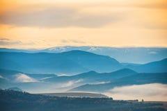 Βουνά που καλύπτονται μπλε με την υδρονέφωση Στοκ φωτογραφία με δικαίωμα ελεύθερης χρήσης