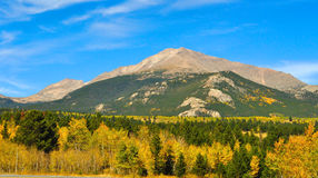 βουνά πτώσης χρωμάτων δύσκ&omicron στοκ εικόνες με δικαίωμα ελεύθερης χρήσης