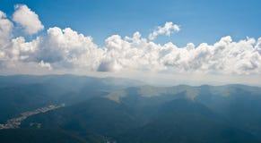 βουνά πόλεων busteni bucegi που εμφα&nu στοκ φωτογραφία με δικαίωμα ελεύθερης χρήσης