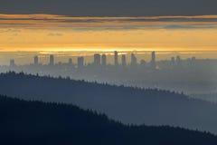 Βουνά > πόλη > ωκεανός > νησί Στοκ Εικόνα