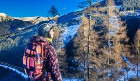 Βουνά σκιέρ πορτρέτου στο υπόβαθρο σκι θερέτρου Στοκ εικόνα με δικαίωμα ελεύθερης χρήσης