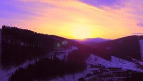 Βουνά στην αυγή Μαγνητοσκόπηση στην αυγή από τον αέρα Όμορφη άποψη των βουνών με το ηλιοβασίλεμα Η κάμερα ανεβαίνει και αγνοεί έν