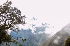 Βουνά στην υδρονέφωση στο ίχνος Inca Περού τρισδιάστατος νότος τρία απεικόνισης αριθμού της Αμερικής όμορφος διαστατικός πολύ Καν Στοκ Φωτογραφίες