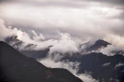 Βουνά στην υδρονέφωση Στοκ εικόνα με δικαίωμα ελεύθερης χρήσης