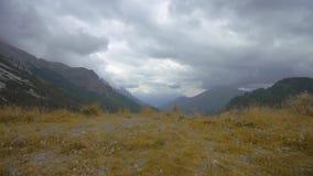 Βουνά στις Άλπεις, που καλύπτονται από την πρασινάδα με τα σύννεφα που ρέουν από πάνω απόθεμα βίντεο