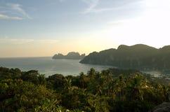 Βουνά στον ωκεανό της Ταϊλάνδης στοκ φωτογραφίες