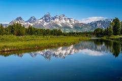 Βουνά στο μεγάλο εθνικό πάρκο Teton με την αντανάκλαση στον ποταμό φιδιών Στοκ Εικόνα