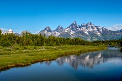 Βουνά στο μεγάλο εθνικό πάρκο Teton με την αντανάκλαση στον ποταμό φιδιών Στοκ Εικόνες