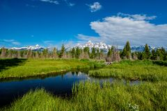 Βουνά στο μεγάλο εθνικό πάρκο Teton με την αντανάκλαση στον ποταμό φιδιών Στοκ εικόνα με δικαίωμα ελεύθερης χρήσης