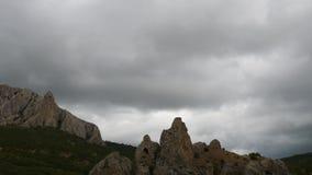 Βουνά στο υπόβαθρο των γκρίζων σύννεφων Τα σκοτεινά σύννεφα τυλίγουν τις κορυφές των βουνών Χρονικό σφάλμα Κίνηση απόθεμα βίντεο