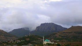 Βουνά στο υπόβαθρο των γκρίζων σύννεφων Τα σκοτεινά σύννεφα τυλίγουν τις κορυφές των βουνών καλύτεροι τύποι σειρών βουνών απόθεμα βίντεο