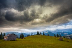 βουνά σύννεφων πέρα από τη θύ&epsilon Στοκ φωτογραφία με δικαίωμα ελεύθερης χρήσης