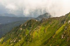 βουνά σύννεφων πέρα από τη θύ&epsilon Στοκ Φωτογραφία
