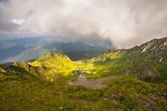 βουνά σύννεφων πέρα από τη θύ&epsilon Στοκ Εικόνα