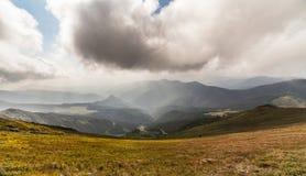 βουνά σύννεφων πέρα από τη θύ&epsilon Στοκ Εικόνες