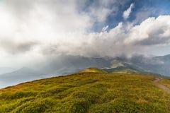 βουνά σύννεφων πέρα από τη θύ&epsilon Στοκ εικόνα με δικαίωμα ελεύθερης χρήσης