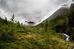 βουνά σύννεφων πέρα από sayan στοκ εικόνες